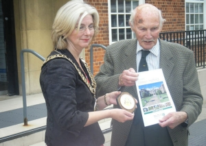 Mr Titfold receiving a momento of his visit from the Mayor, Cllr Kim Langley